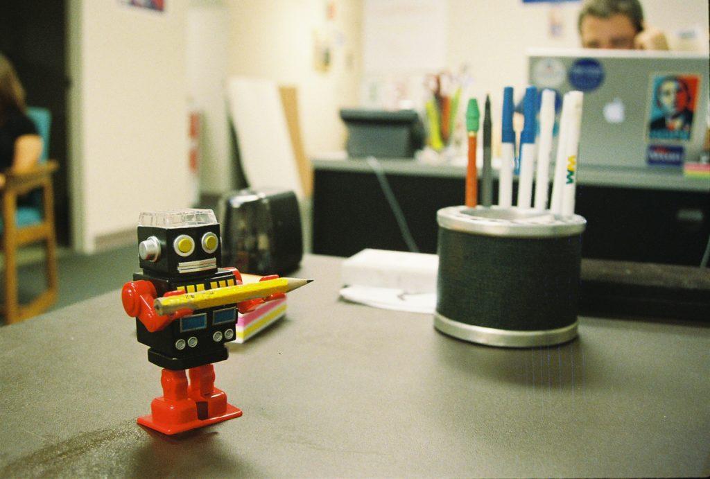 robot temperówka na biurku