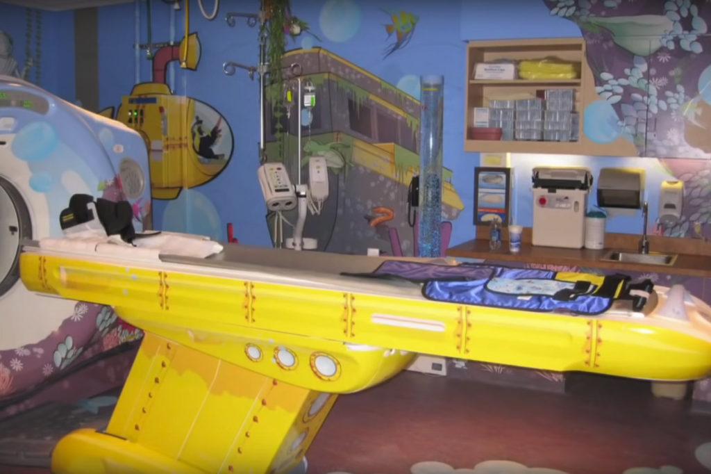 kolorowa sala z maszyną do skanowania mózgu w kształcie statku kosmicznego