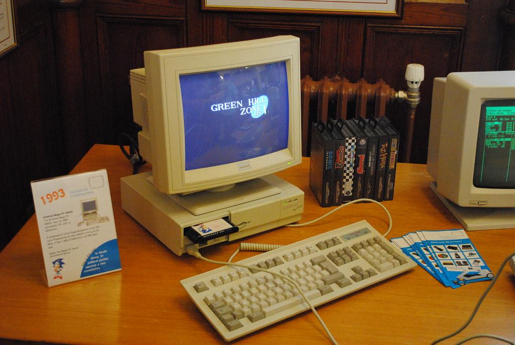 stary komputer z klawiaturą i kartridźem stojący na biurku