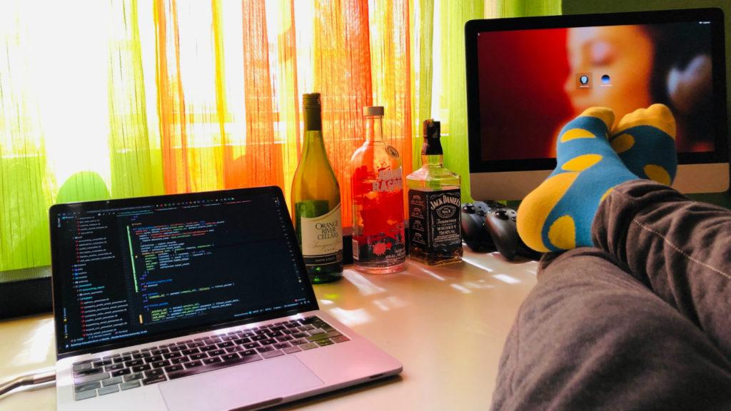 stanowisko pracy programisty przy dwóch komputerach