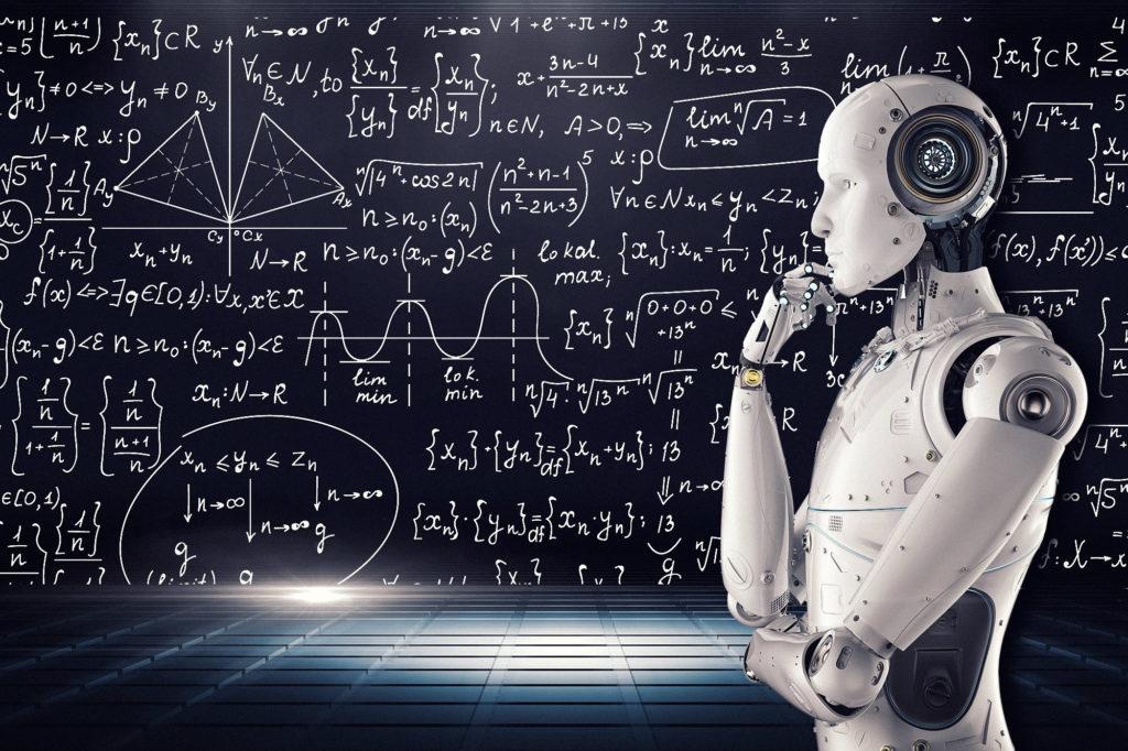 robot na tle tablicy z wzorami matematycznymi
