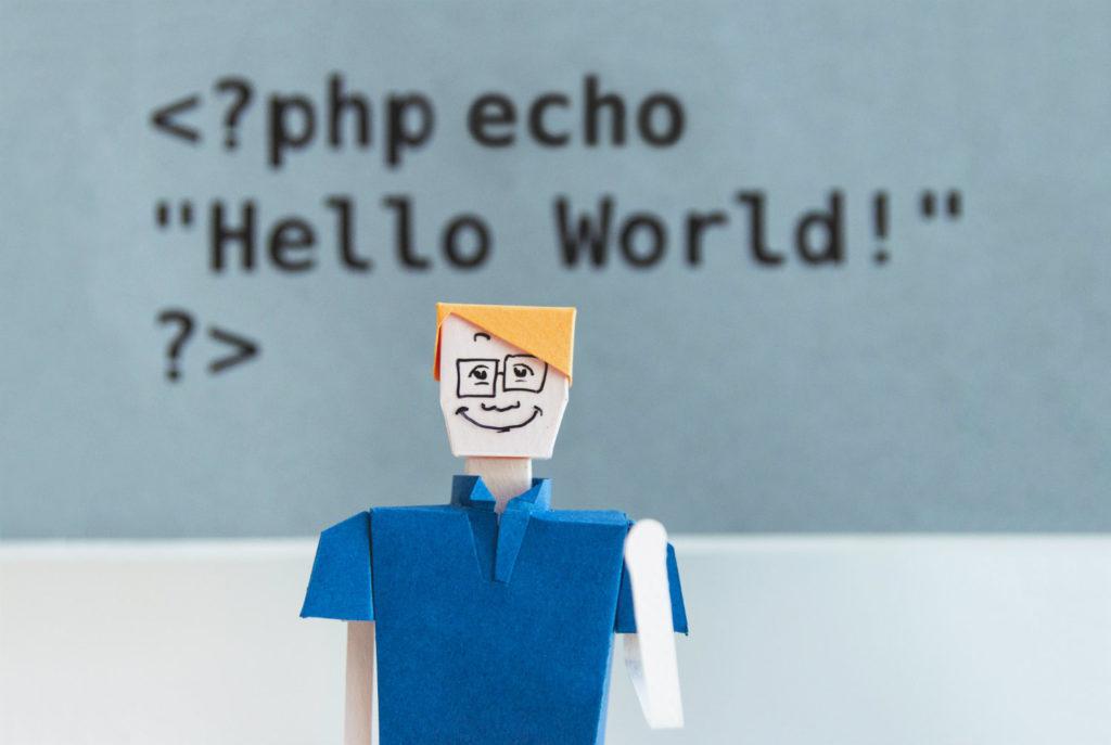 papierowa figurka mężczyzny na tle kodu php