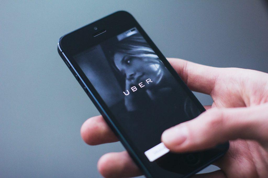 aplikacja uber na telefonie