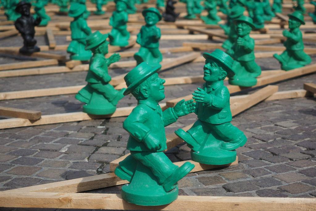 zielone figurki mężczyzn w kapeluszach